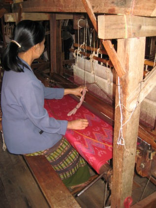 047_weaving silk