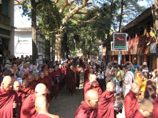 125_monks queueing